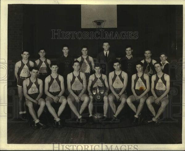 Press Photo Unidentified basketball team with award - mjc31094 - Historic Images