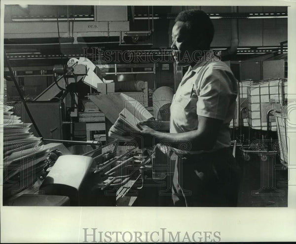 1976 Press Photo post office employee sorts mail using machine, Milwaukee - Historic Images
