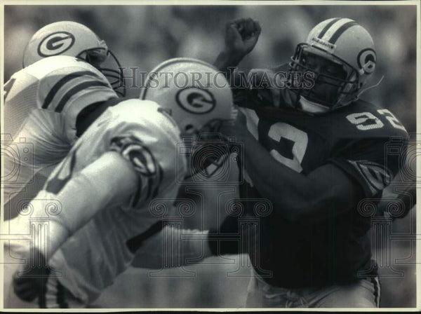 1993 Press Photo Packers football player Reggie White plays defense, Green Bay. - Historic Images