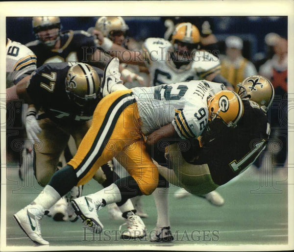 1993 Press Photo Green Bay Packers football's Reggie White tackles Wade Wilson. - Historic Images