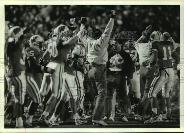 1994 Press Photo University of Wisconsin-Madison football team celebrating - Historic Images