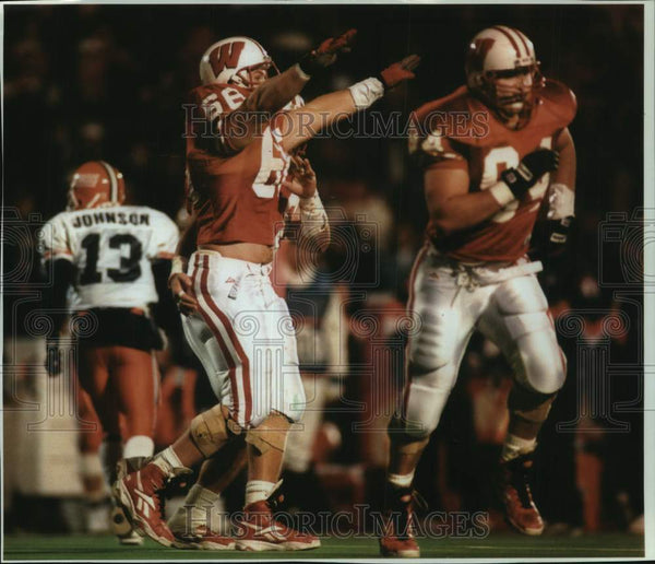 1994 Press Photo University of Wisconsin's Defensive tackle Mike Thompson cheers - Historic Images