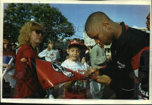 1993 Press Photo University of Wisconsin's wide receiver Tony Simmons signs flag - Historic Images