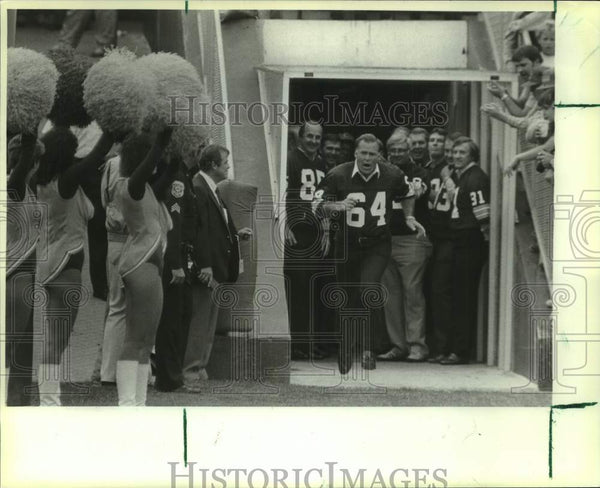 1985 Press Photo Old No. 64 Jerry Kramer ran to take his place on the field - Historic Images