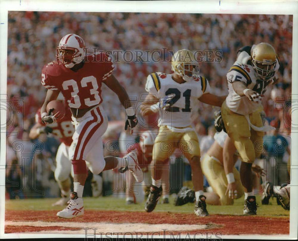 1994 Press Photo Brent Moss runs the ball and scores touchdown in football game - Historic Images