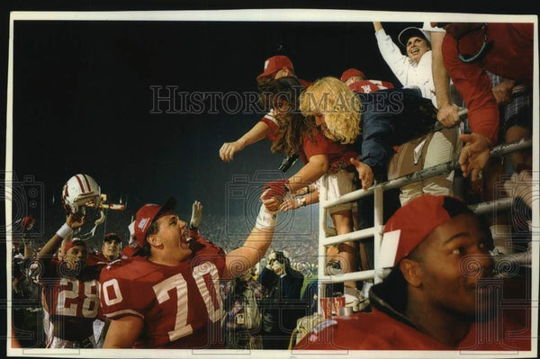 1994 Press Photo Jason Maniecki shakes the hands of Wisconsin fans after game - Historic Images