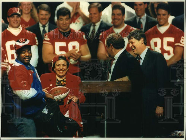 1994 Press Photo Brent Moss of the Badgers gives Donna Shalala gifts at rally - Historic Images