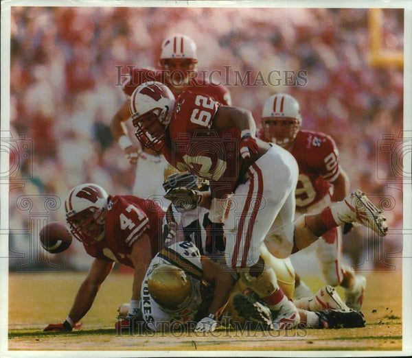 1994 Press Photo Wisconsin Badger Lamark Shackerford recovers fumble, Rose Bowl - Historic Images