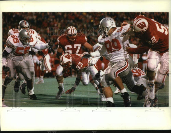 1993 Press Photo Wisconsin Badger Brent Moss tackled short of the goal line - Historic Images