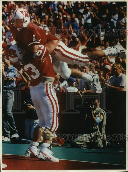 1993 Press Photo University of Wisconsin football teammates celebrate touchdown - Historic Images
