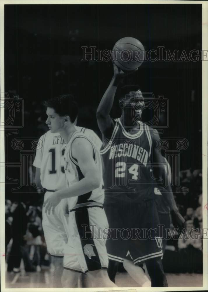 1993 Press Photo Wisconsin forward Michael Finley with basketball, Madison - Historic Images