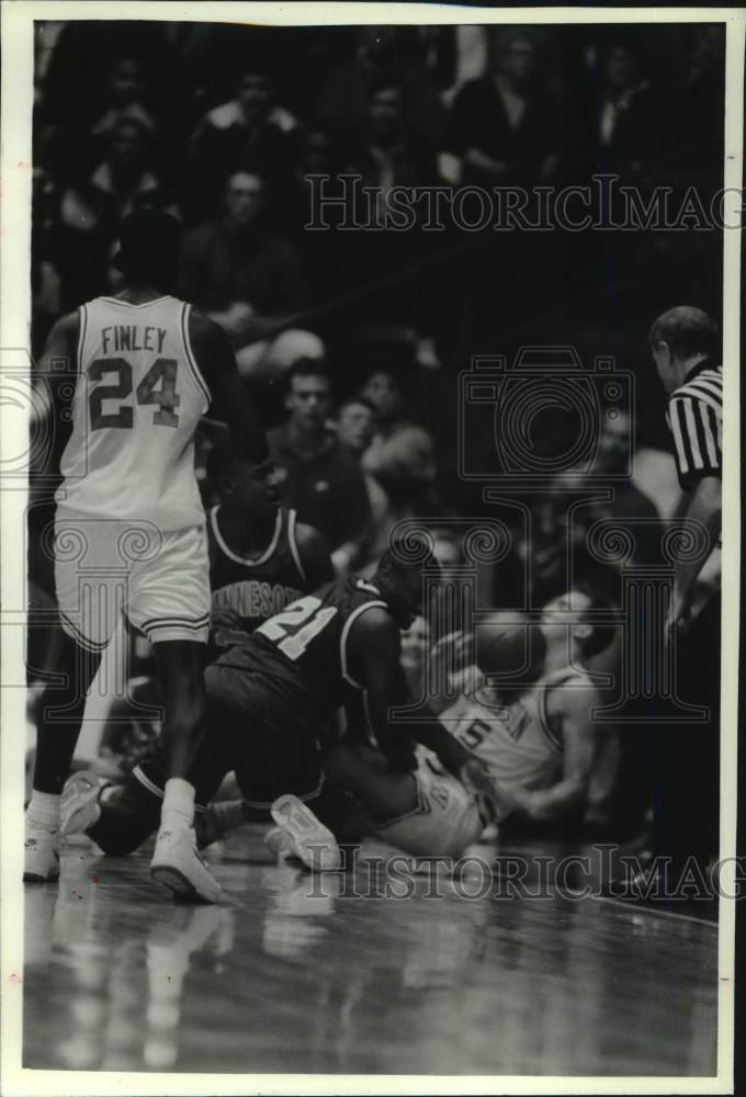 1993 Press Photo Wisconsin's Andy Kilbride scrambles for loose basketball - Historic Images