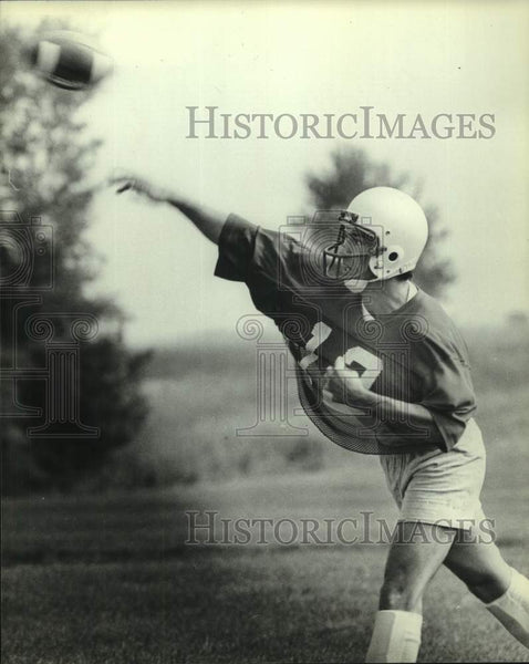 1982 Press Photo University of Wisconsin football Quarterback Randy Wright, WI - Historic Images