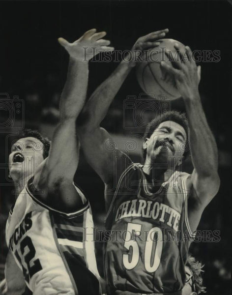 1988 Press Photo Charlotte's Robert Reid beats Buck Larry Krystkowiak to ball - Historic Images