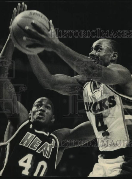 1988 Press Photo Miami's Sylvester Gray tries to stop Bucks' Sidney Moncrief - Historic Images