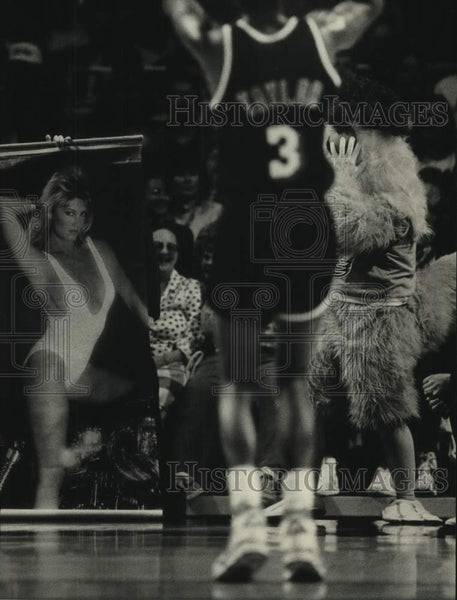 1988 Press Photo Bucks' helpers try to distract Miami Heat player Anthony Taylor - Historic Images