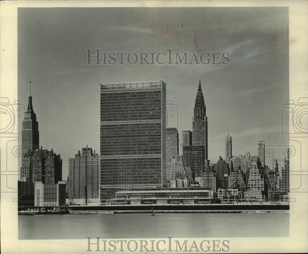 1951 Press Photo View of United Nations headquarters and mid-town Manhattan NY. - Historic Images