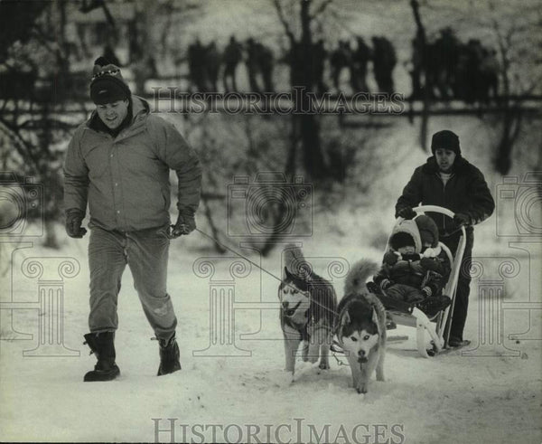 1984 Press Photo Robert Crawford and son give dogsled rides, Alpine Valley - Historic Images