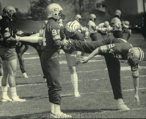 1985 Press Photo Green Bay Packer rookies stretch during minicamp practice. - Historic Images