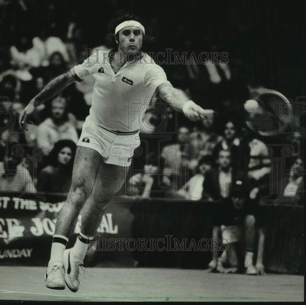 1983 Press Photo Guillermo Vilas returns a shot in Journal Tournament - Historic Images