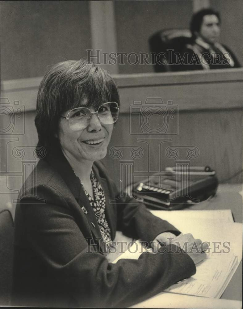 1984 Press Photo Shirley Daly part of restoration committee in court room. - Historic Images