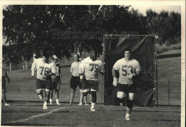 1992 Press Photo Wisconsin offensive linemen run sprints at Holy Name Seminary - Historic Images