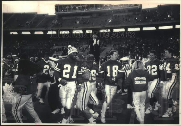 1992 Press Photo Wisconsin's band leader Michael Leckrone helps celebrate win. - Historic Images