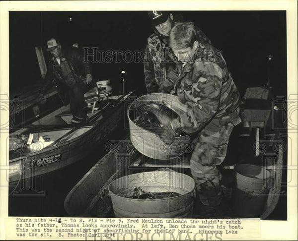 1987 Press Photo Native Americans Thomas And Fred Maulson And Spearfishing Catch - Historic Images