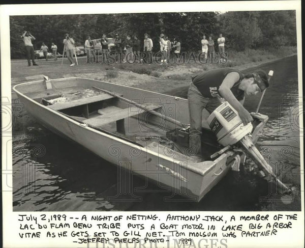 1989 Press Photo Native American Anthony Jack Puts Motor In Lake Arbor Vitae - Historic Images