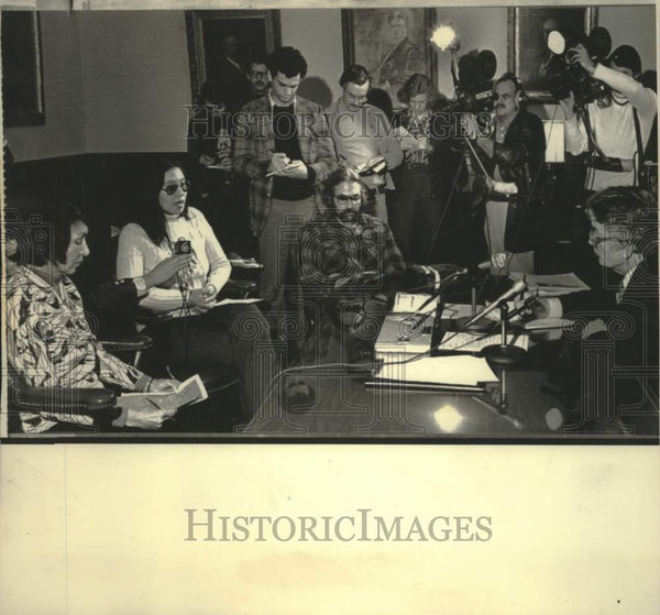 1976 Press Photo Governor Lucey meets with Menominee Indians in Madison - Historic Images