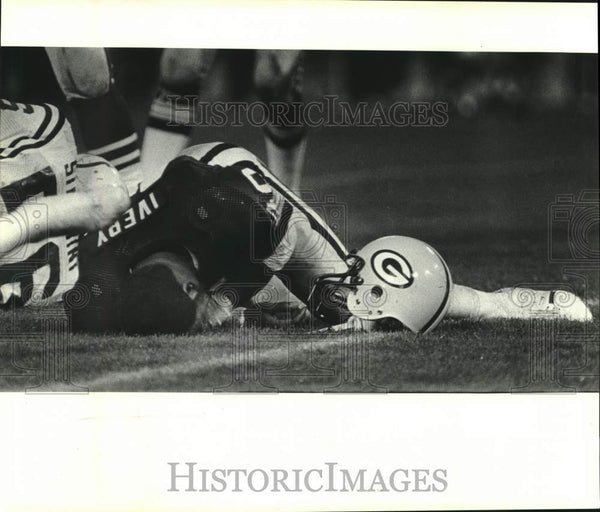 1980 Press Photo Green Bay Packers' Eddie Lee Ivery holds his head, football - Historic Images