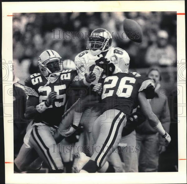 1992 Press Photo Packers' Clark, Cecil Break Up Football Pass To Eagles' Barnett - Historic Images