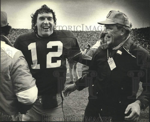 1981 Press Photo Green Bay Packers football player & coach laughing - mjc39549 - Historic Images