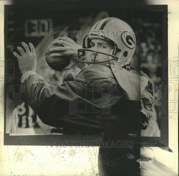 1986 Press Photo Green Bay Packer quarterback Randy Wright throws football - Historic Images