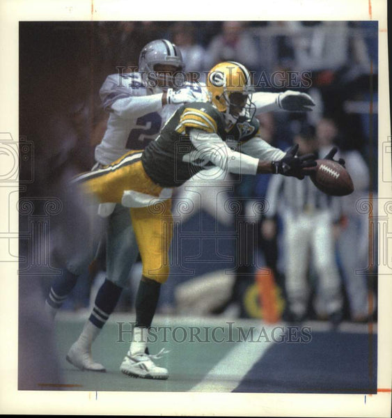 1994 Press Photo Green Bay Packer Robert Brooks catches the ball for a touchdown - Historic Images