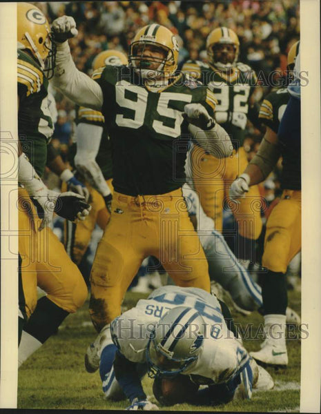 1995 Press Photo Green Bay Packer Bryce Paup celebrates tackle of Barry Sanders. - Historic Images