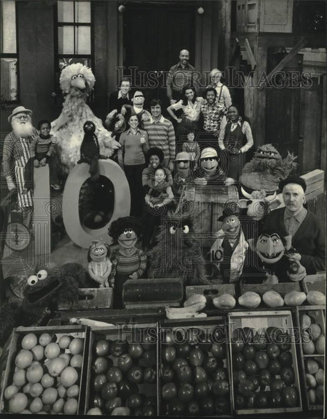1978 Press Photo The cast of Sesame Street poses for its 10th season kick-off - Historic Images