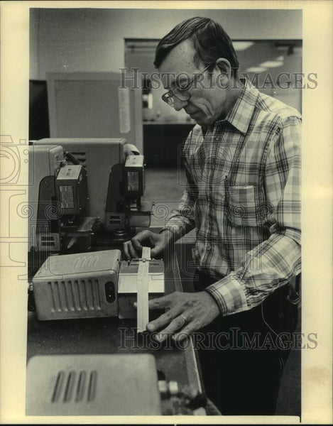 1984 Press Photo Employee in Milwaukee Journal Sentinel Classified Advertising - Historic Images