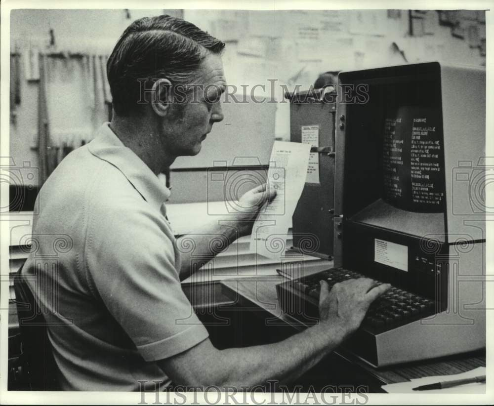 1978 Press Photo Milwaukee Journal Employee on Composing Department computer, WI - Historic Images