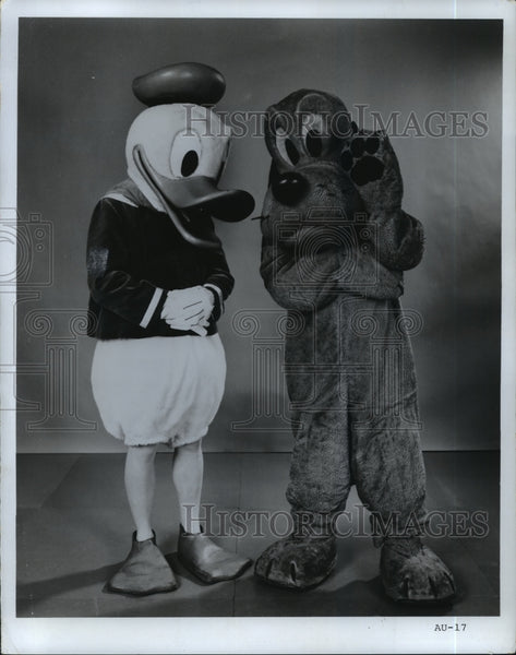 1971 Press Photo Donald Duck and Pluto Walt Disney characters. - mjp11406 - Historic Images