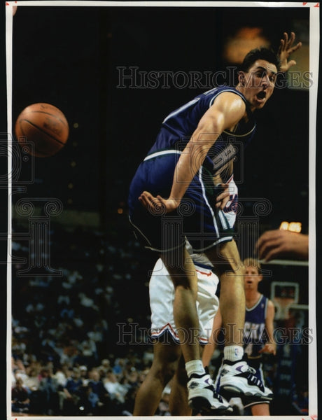 1994 Press Photo Bucks basketball guard Jon Barry flips a pass behind his back - Historic Images