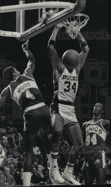 1985 Press Photo Bucks basketball's Terry Cummings in action, hangs on net - Historic Images