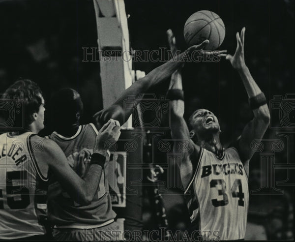 1985 Press Photo Bucks' Terry Cummings battles Mark West for basketball - Historic Images