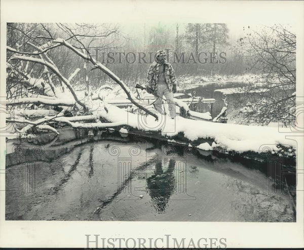 1985 Press Photo Al Denninger hunting in Burnett County, Wisconsin - Historic Images