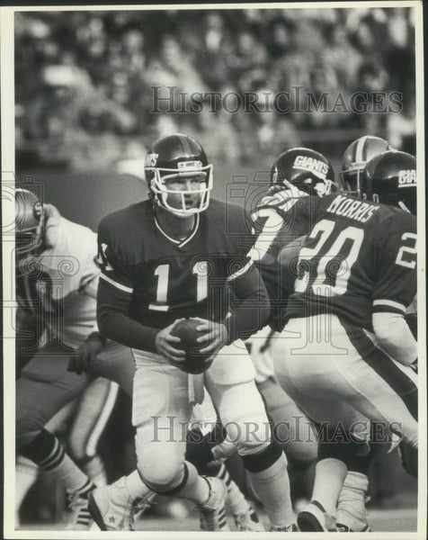 1986 Press Photo Quarterback Phil Simms leads the Giants on offense. - mjx50243 - Historic Images