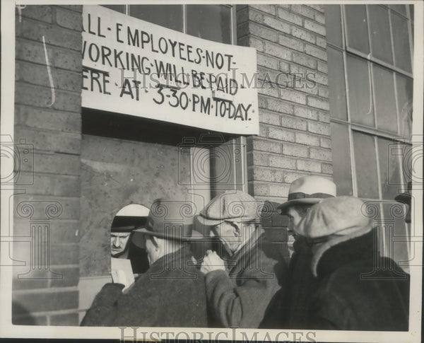 1937 Press Photo Striking Workers Receive Last Paycheck From General Motors - Historic Images