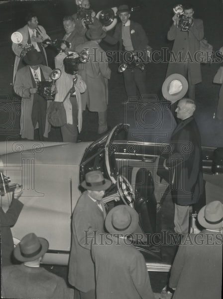 1948 Press Photo Photographers surround President Truman as he visits Wisconsin. - Historic Images