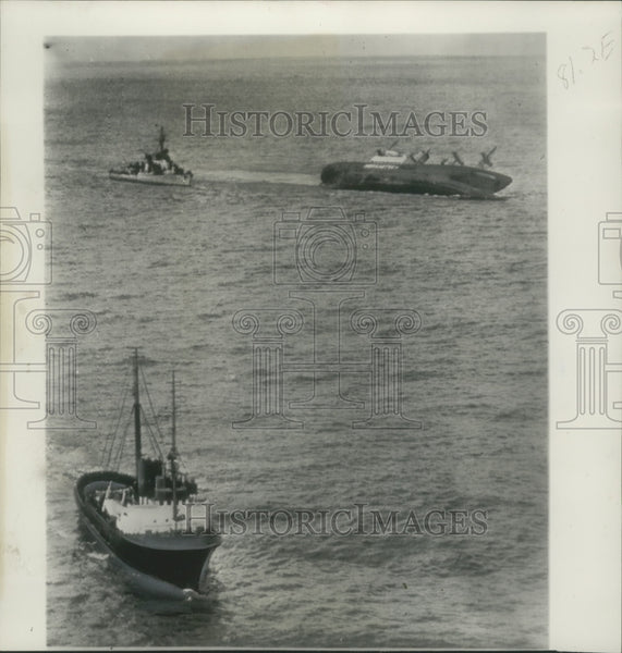 1952 Press Photo American Freighter Flying Enterprise Towed to England - Historic Images