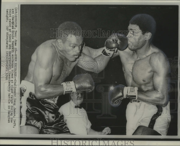 1966 Press Photo Doug Jones & Ernie Terrell punch close range in Houston, Texas - Historic Images
