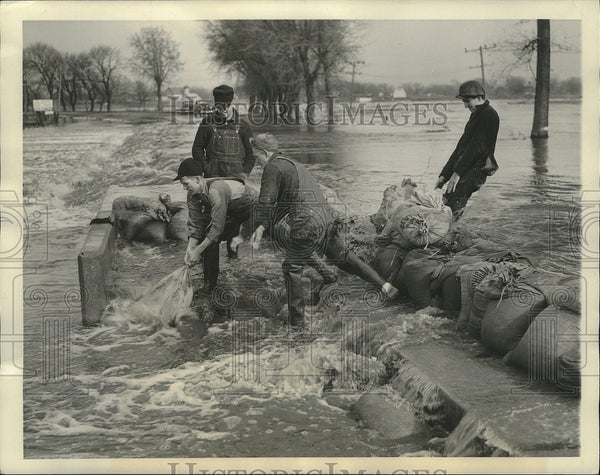 1938 Press Photo Illinois workers place sand bags along highway to block flood - Historic Images